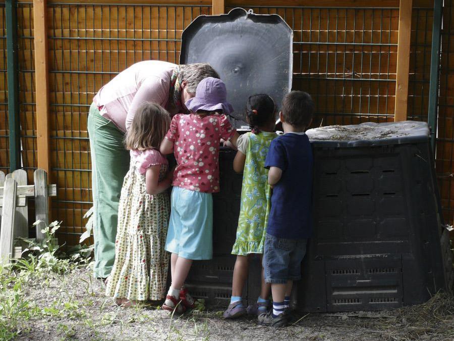 Kinder erforschen die Komposttonne